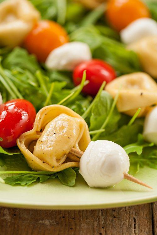 Tortellini Salat mit Tomate, Mozzarella und Vinaigrette