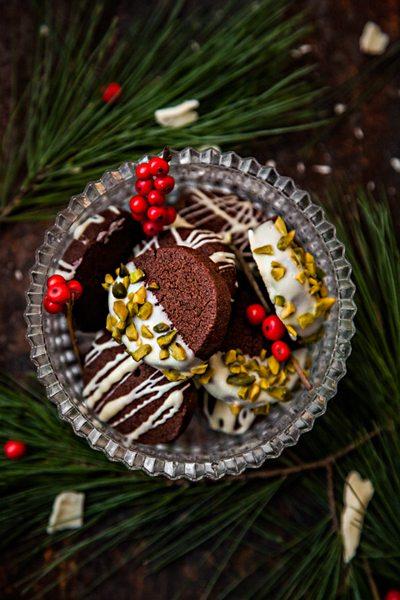 Kakaoplätzchen aus Mürbeteig ohne Ei mit weißer Schokolade und Pistazien
