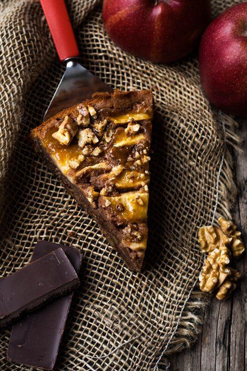 Schokobrownie-Kuchen mit Äpfeln und Walnüssen