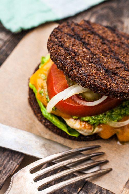 Pumpernickel-Burger mit Hähnchenfilet