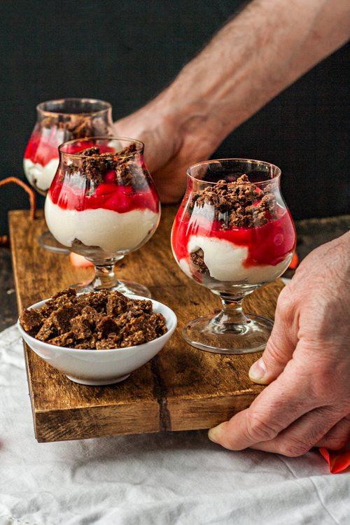 rezepte f r desserts im glas panna cotta mit rhabarber und schoko pumpernickel und. Black Bedroom Furniture Sets. Home Design Ideas