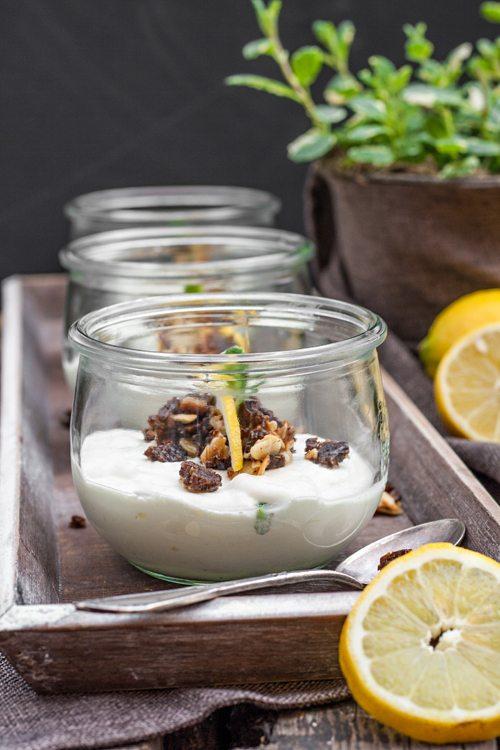 Zitronencreme-Dessert-mit-Pumpernickel