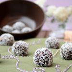Fingerfood Gesunde Snacks mit Datteln, Haselnüssen und Kokos