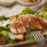 Salate zum Grillen Caesar Salad mit gegrillter Hähnchenbrust, Caesar Dressing und Croutons