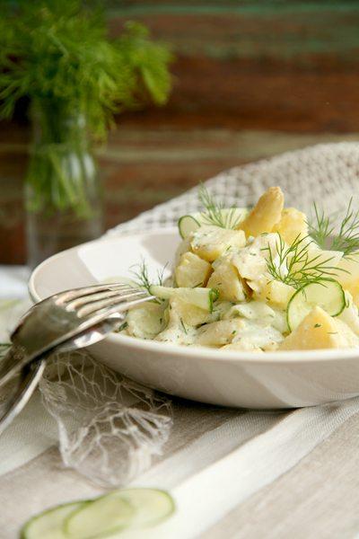 Salate zum Grillen Kartoffelsalat mit Spargel und grüner Gurke