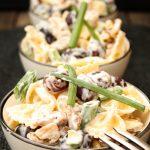 Salate zum Grillen Nudelsalat mit Weintrauben, Walnüssen und Frischkäsedressing