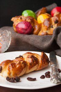 Süße Hefezopf Brötchen mit Rosinen und Mandeln