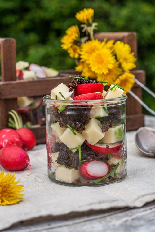 Salat im Glas: Käsesalat mit Pumpernickel und Radieschen