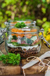 Salat im Glas: Lachsstulle mit Pumpernickel und Frischkäse