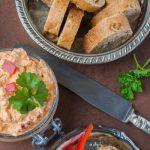 Brotaufstrich Schafskäse Dip mit Paprika und Ajvar