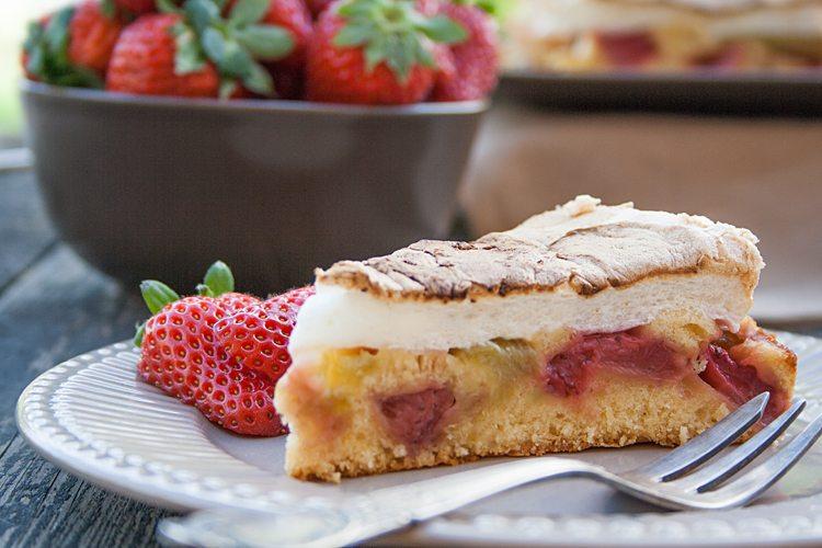 Erdbeer-Rhabarber-Torte mit Baiserhaube