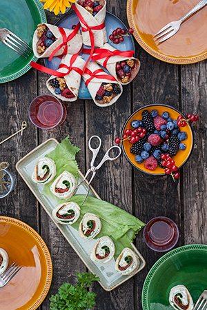 rezepte gef llte wraps s und fruchtig mit beeren und vegetarische wraps mit dreierlei k se. Black Bedroom Furniture Sets. Home Design Ideas