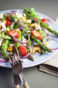 Grüner-Spargel-Salat mit Erdbeeren, Mango und Feta