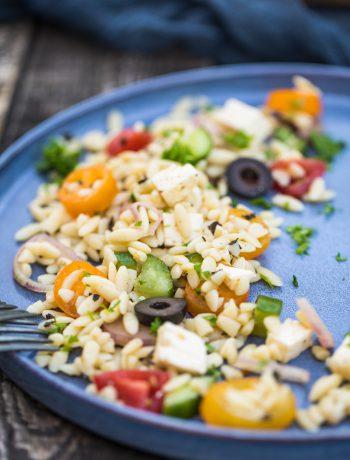 Salate zum Grillen Griechischer Orzo Bauernsalat