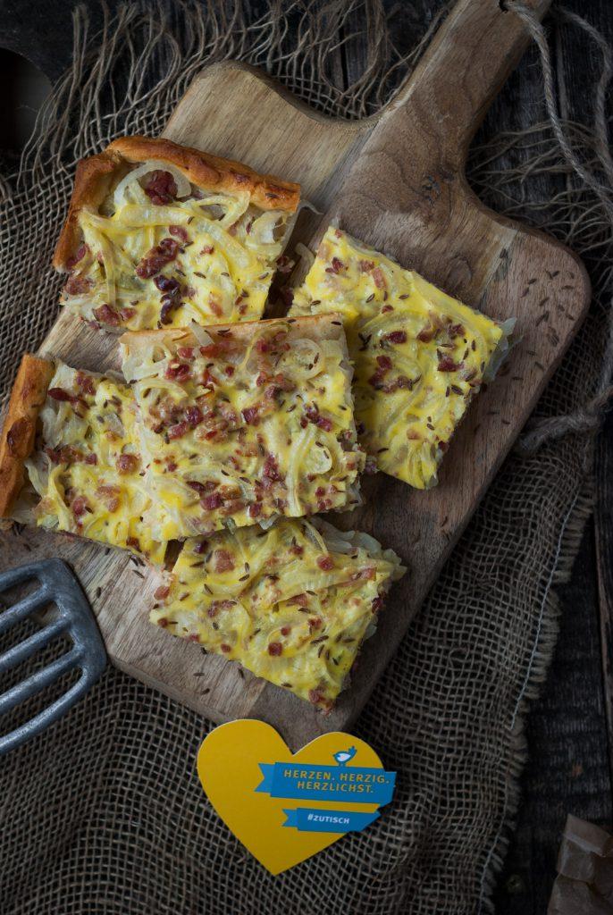 Zwiebelkuchen vom Blech mit Kümmel