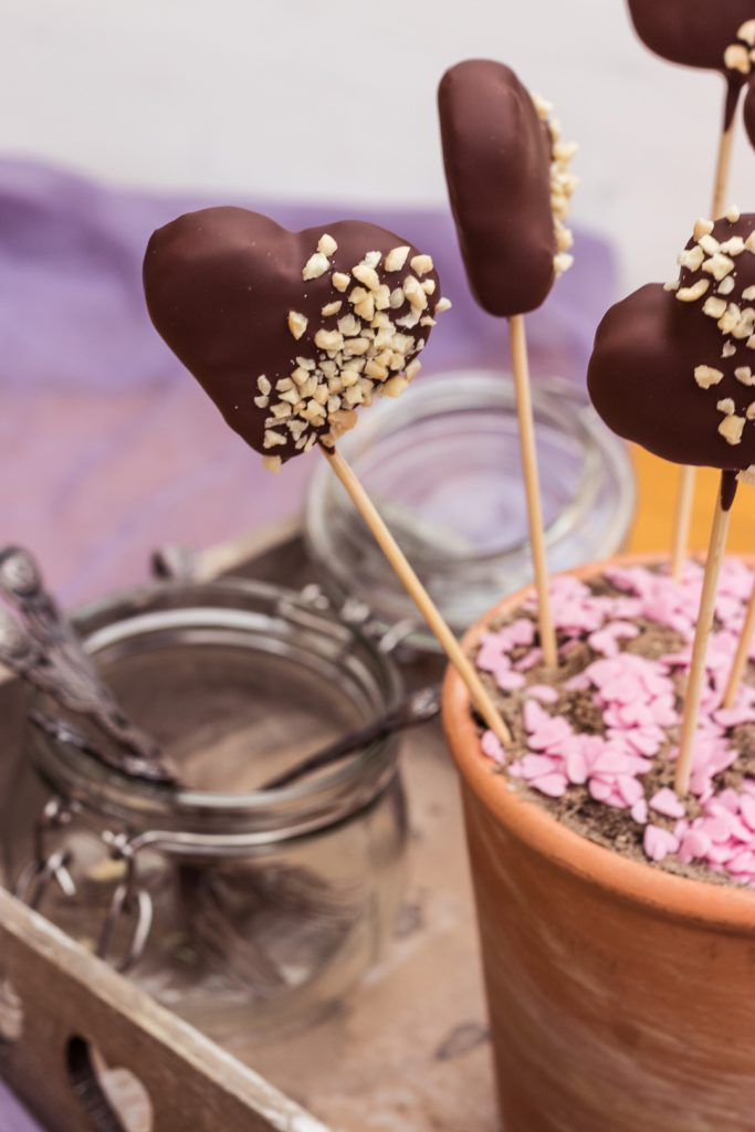 Herzförmige Pumpernickel-Schokoladen-Cake-Pops