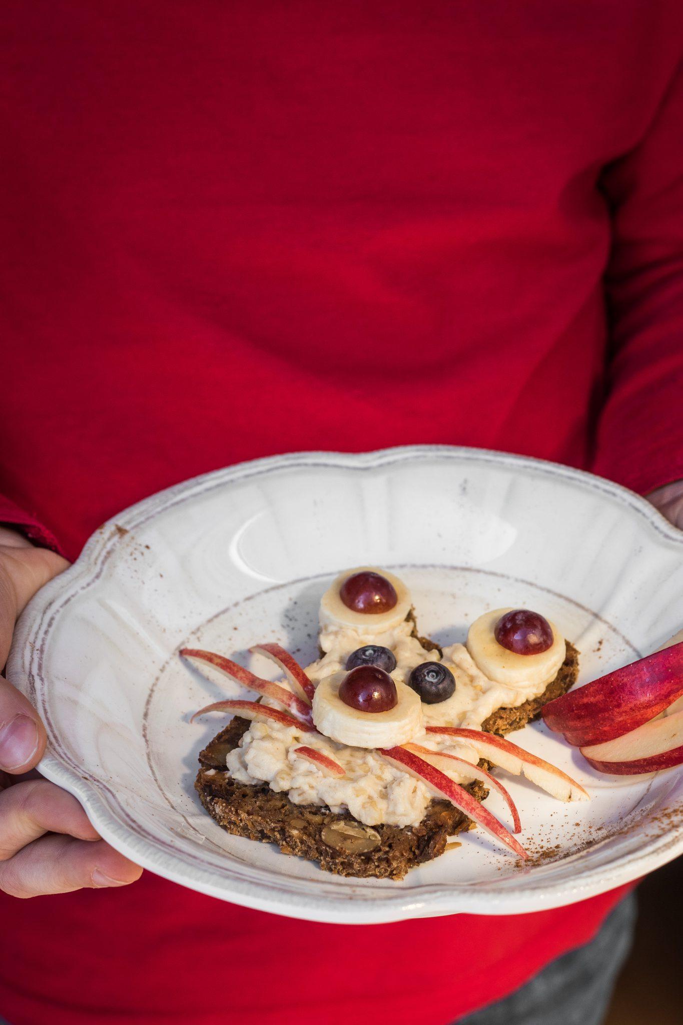 Fruehstuecksideen-belegtes-broet mit honig-mandel-joghurt-und-mueslibrot
