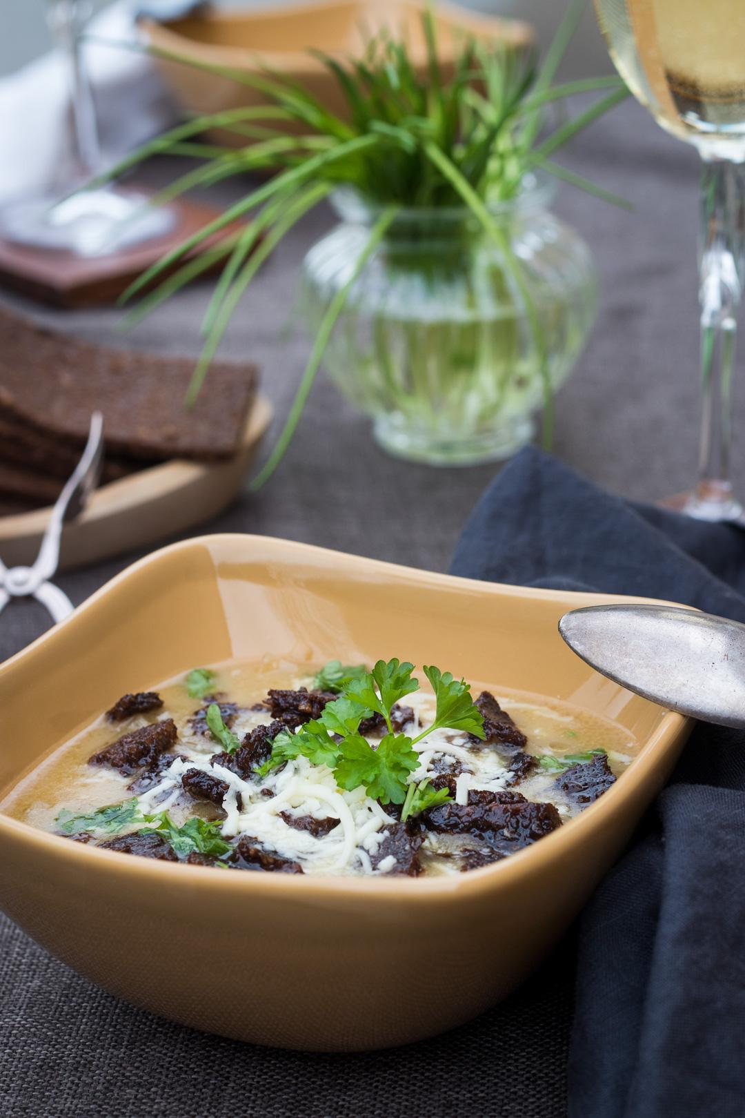 Französische Zwiebelsuppe mit Pumpernickel