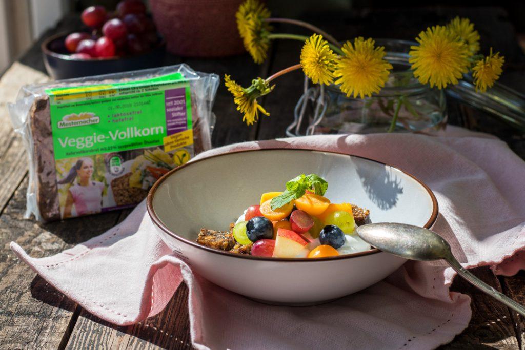 schnelle Snacks: Veggie-Vollkorn Brot von Mestemacher-mit-Quark-und-Früchten