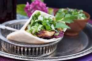 Grillrezepte: Chilihühnchen mit Petersiliensalat und Weizen Pita von Mestemacher