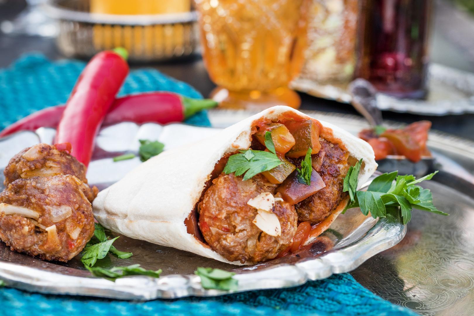 Pita mit gegrillten Chilihühnchen, Pertersiliensalat und Weizen Pita von Mestemacher