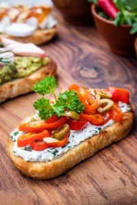 Antipasti selber machen: Brsuchetta mit Paprika und Kräutercreme