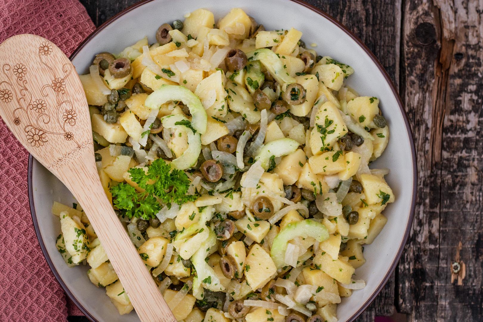Salat mit Oliven und Kapern