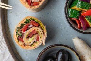 Antipasti selber machen: Wraps mit Paprikaaufstrich und Tiroler Speck