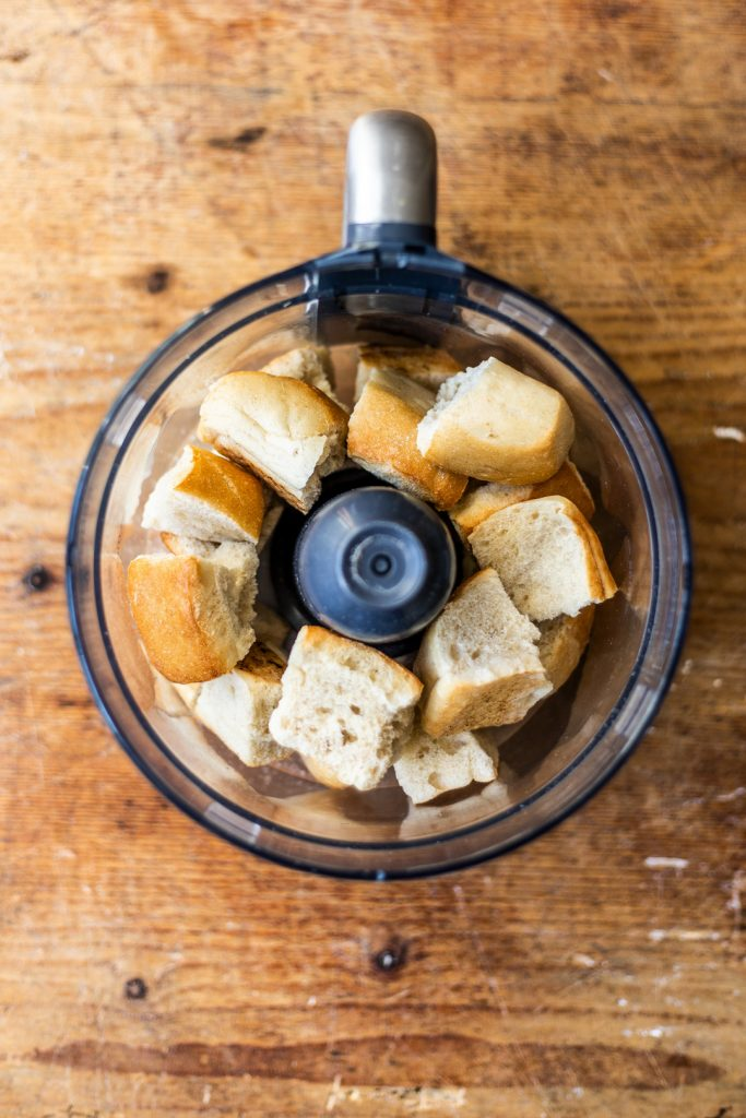 Semmelbrösel - aus altbackenen Brötchen sind Semmelbrösel ganz schnell selber gemacht