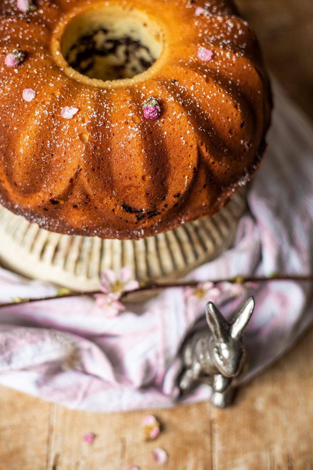 Saftiger Eierlikör-Kuchen mit Quark und Schokostreusel als Gugelhupf gebacken