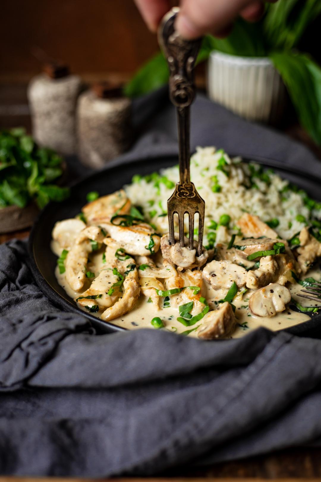 Hähnchen-Geschnetzeltes mit Champignons in Sahnesoße mit frischem Bärlauch