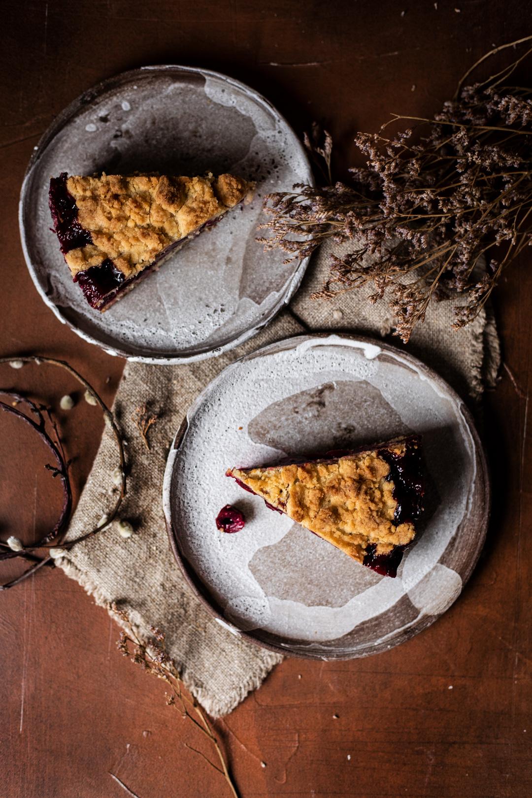 Rezept für saftigen Kirsch-Kuchen mit Streuseln und Zitronen-Mohn-Boden