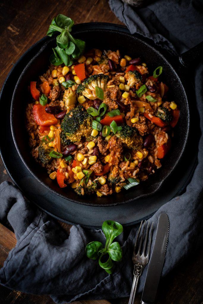 Schnelle Reis-Pfanne mit Hackfleisch und Gemüse, eine leckere Resteverwertung für Gemüse