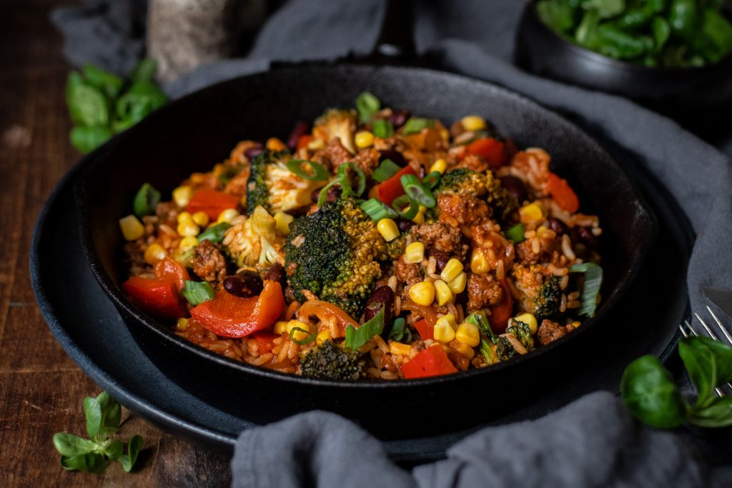 Schnelle Reis-Pfanne mit Hackfleisch und Gemüse