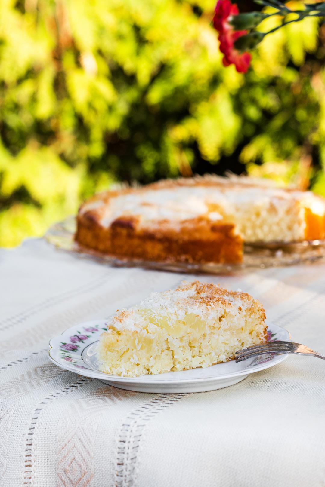 Saftiger Kokos-Kuchen mit Buttermilch und Ananas