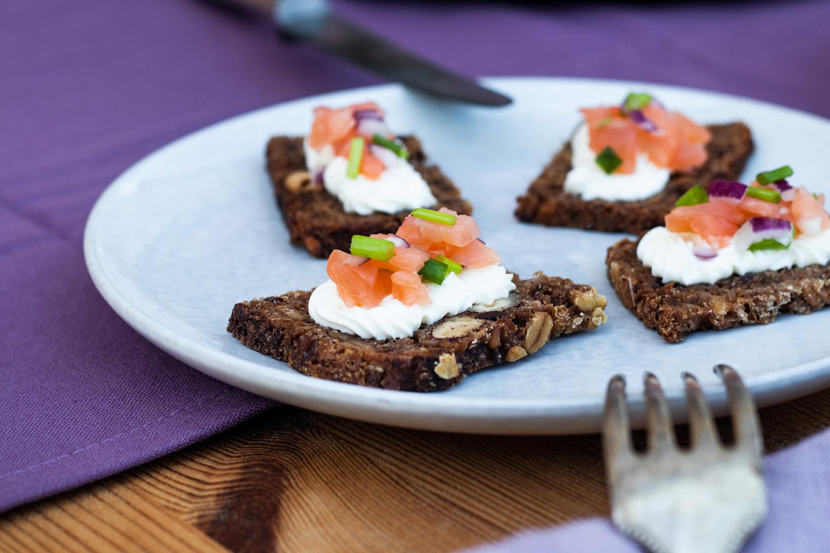 Brotzeit-Ideen-mit-Trauben Nuss Brot-mit-Lachstatar