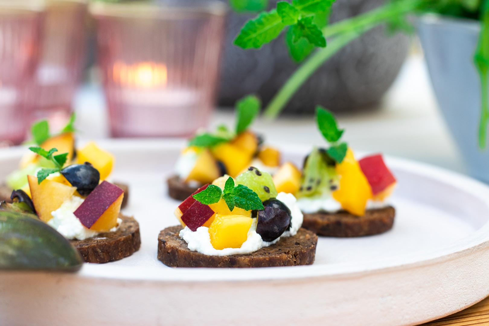 Obstsalat mit Quark, Snack-Rezepte mit Mestemacher Soft Vollkorn
