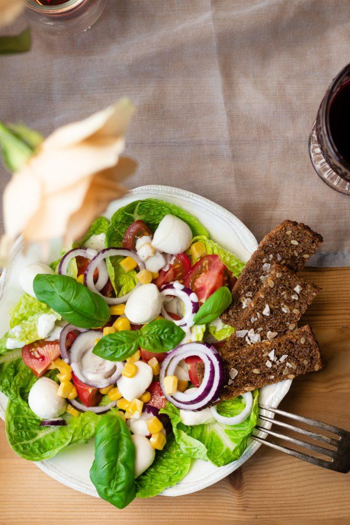 Salat-Brotchips-Frauentag-Menü