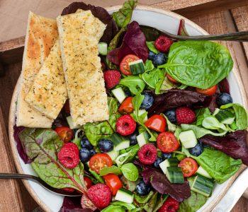 Sommersalat mit Beeren und Himbeerdressing
