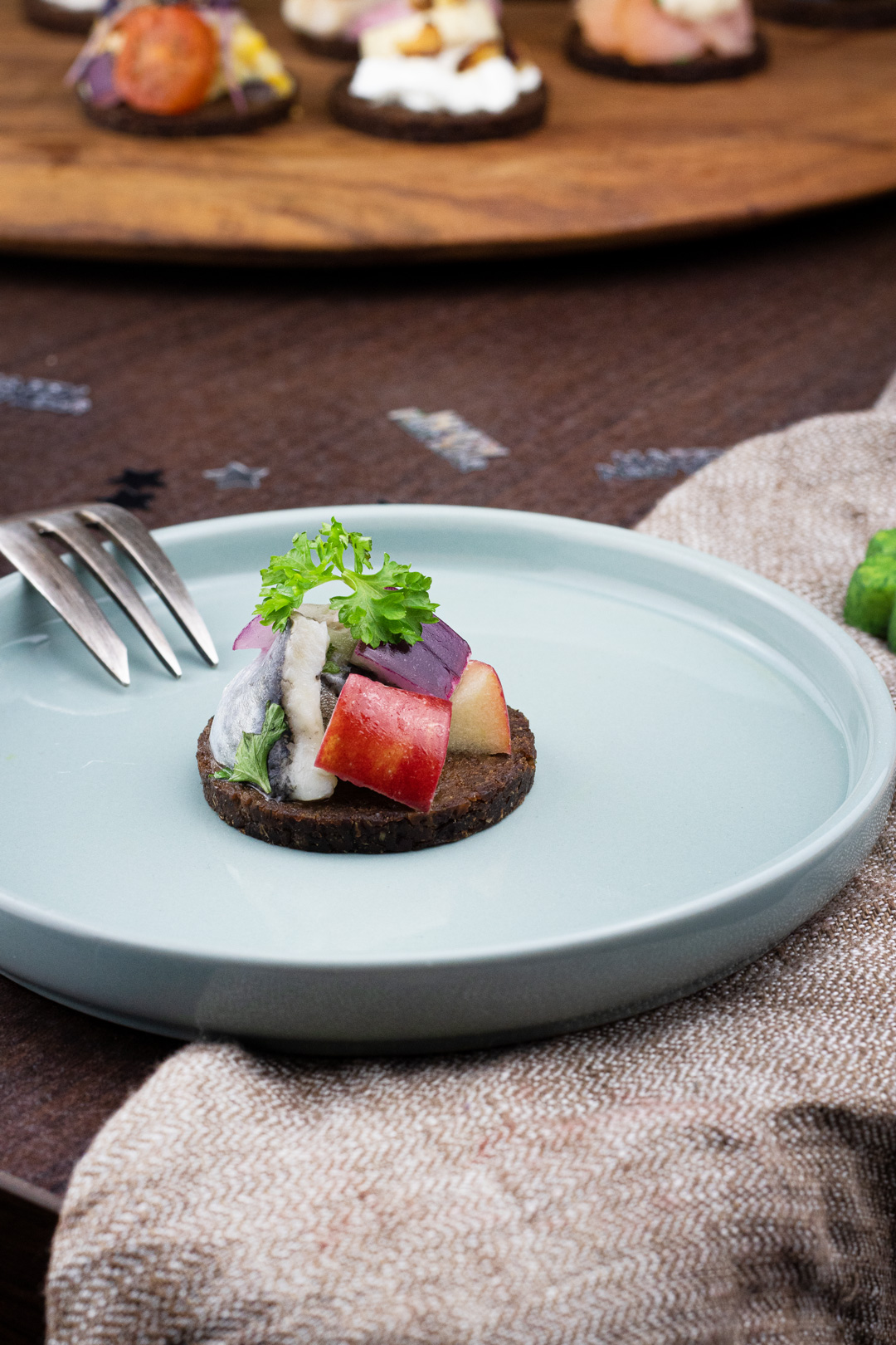 Pumpernickel-Apfel-Fischsalat