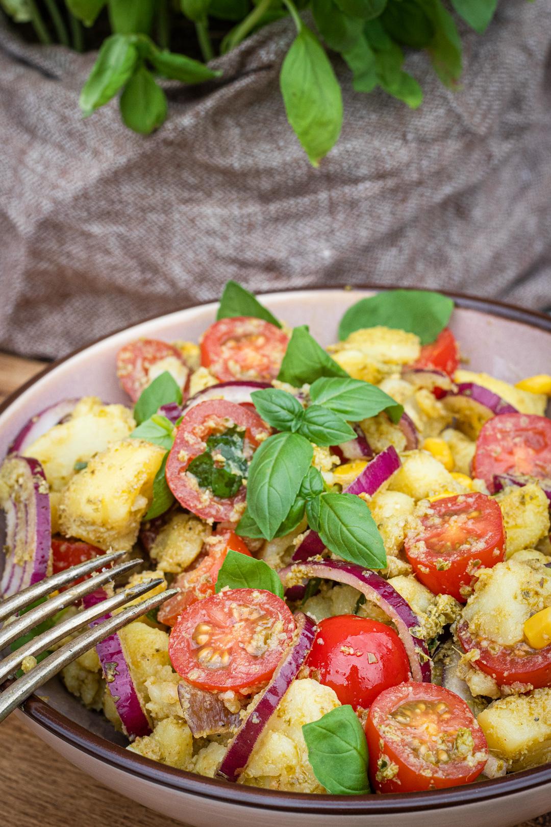 Kartoffelsalat mit Pesto, Tomaten und roten Zwiebeln